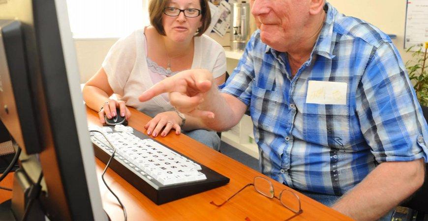 Benefícios em atraso: INSS deve contratar aposentados para trabalhar home office